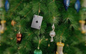 julgran med spelkort